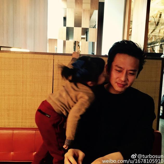 邓超女儿吻爸爸脸