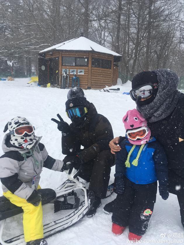 邓超晒一家四口滑雪照