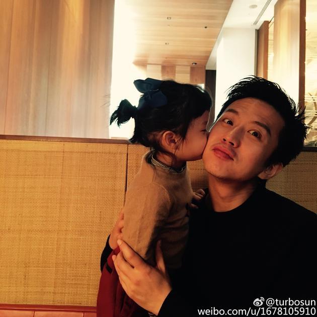 邓超38岁生日女儿献吻