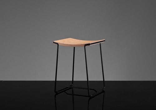 Wrap三高凳子采用钢材质的金属框架和胶合板材质椅面