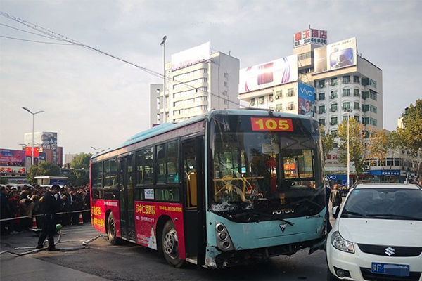 汉中一公交连撞数车相关部门快速反应作出行动